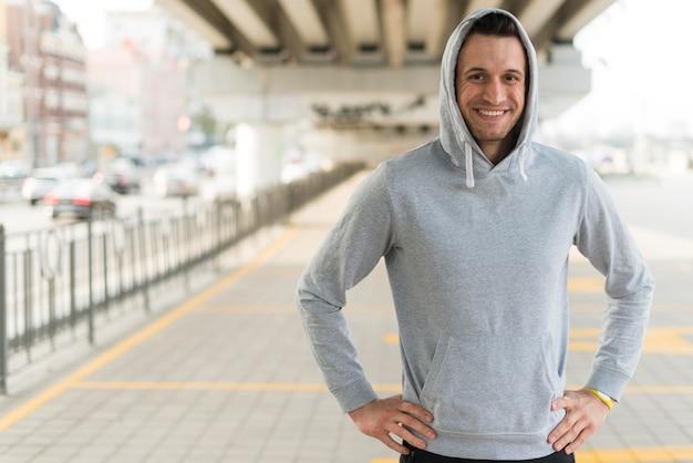 Vue de face mâle adulte prêt pour le jogging