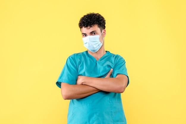 Vue de face médecin le docteur en masque croit en l'invention d'un médicament contre le covid-
