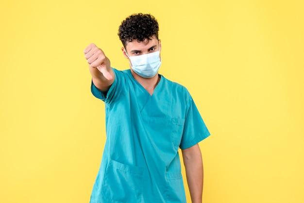 Vue de face, médecin, le médecin au masque parle de l'état de santé