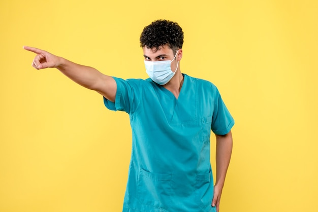 Vue de face médecin médecin en colère dans le masque pointe sur le côté