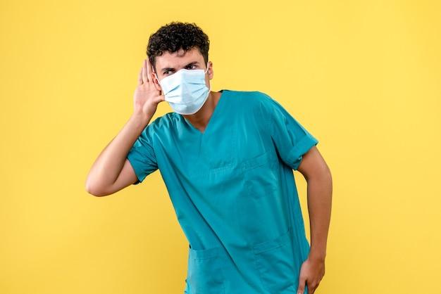 Vue de face médecin le médecin en masque écoute les patients