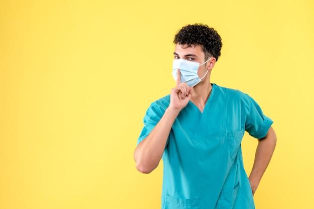 Vue de face médecin le médecin en masque parle des avantages du masque