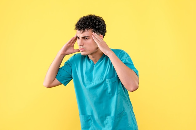 Vue de face un médecin le médecin pense à un patient atteint de cancer