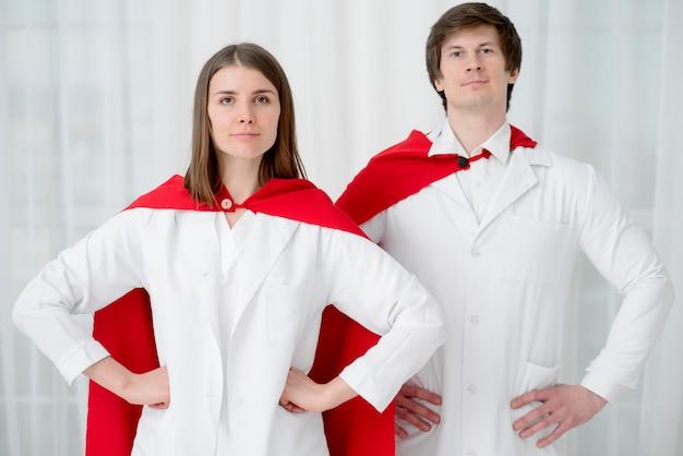 Vue de face médecins posant ensemble