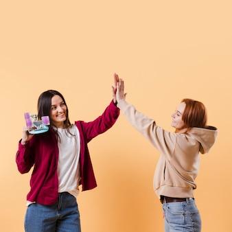Vue de face meilleurs amis s'amusant ensemble