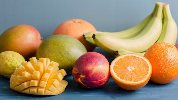 Vue de face mélange de fruits pour smoothie
