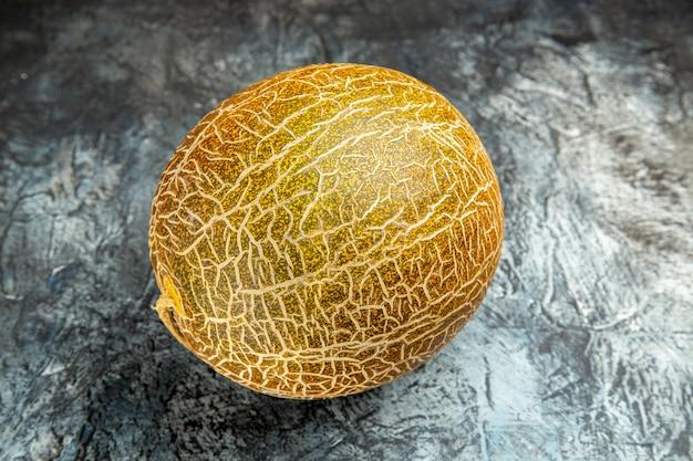 Vue de face de melon frais sur le fond sombre