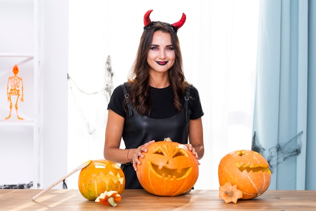 Vue de face de la mère en costume d'halloween