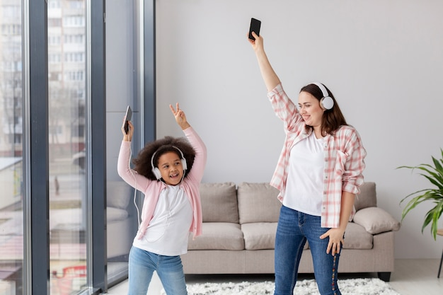 Vue de face mère dansant avec sa fille