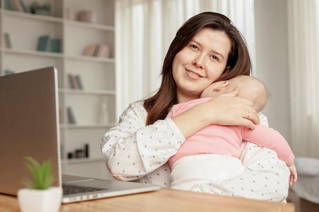 Vue de face mère à la maison