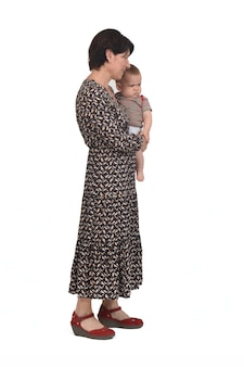 Vue de face d'une mère portant son bébé sur fond blanc