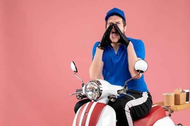 Vue de face messager masculin en uniforme bleu sur les couleurs de travail de livraison de vélo de nourriture rose service de travail fast-food