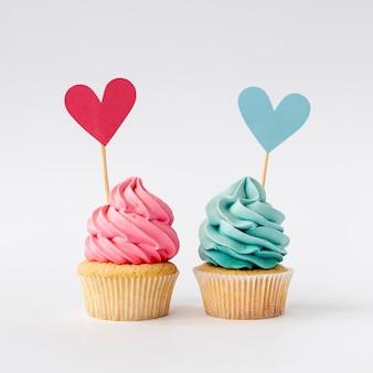Vue de face de mignon petit bébé fille ou garçon cupcakes