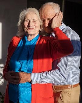 Vue de face mignon senior homme et femme