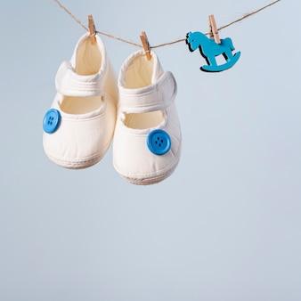 Vue de face de mignonnes petites chaussures de bébé