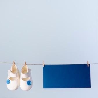 Vue de face de mignons petits accessoires bébé avec espace copie