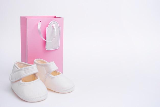 Vue de face de mignons petits accessoires bébé fille avec espace copie