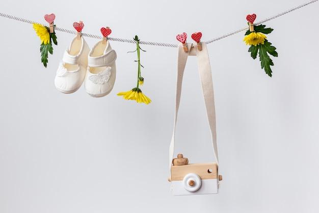 Vue de face de mignons petits accessoires pour bébé