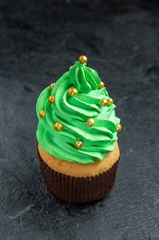 Vue de face mini cupcake sapin de noël sur dark