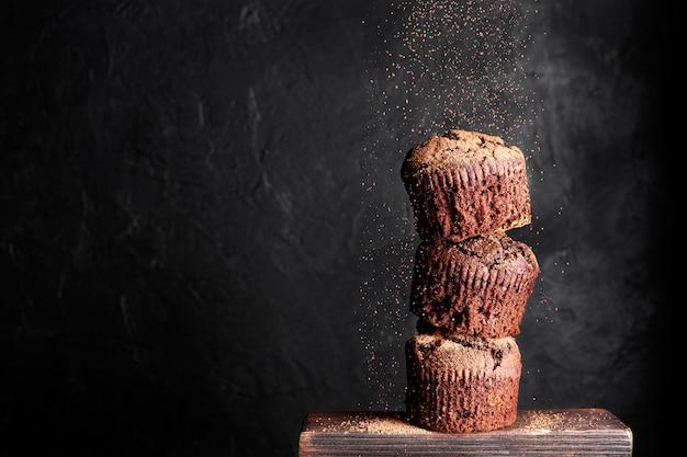 Vue de face des muffins au chocolat avec espace copie