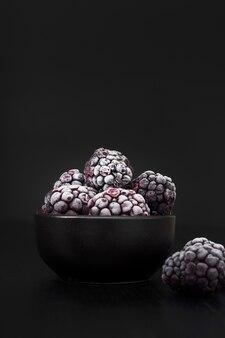 Vue de face de mûres congelées dans un bol