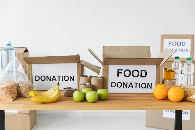 Vue de face de la nourriture et des dispositions pour le don avec des boîtes