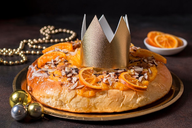 Vue de face de la nourriture du jour de l'épiphanie avec couronne d'or