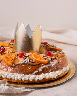 Vue de face de la nourriture du jour de l'épiphanie avec couronne