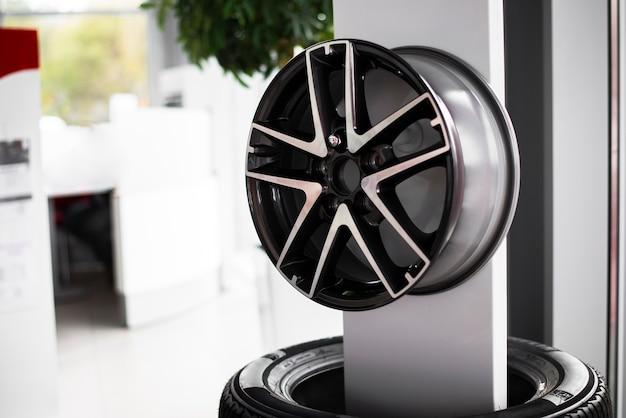 Vue de face de nouvelles roues pour voiture disponibles à la vente
