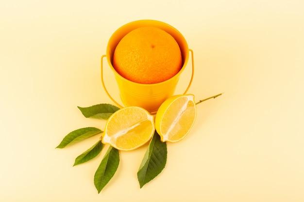 Une vue de face orange entière à l'intérieur du panier orange avec des tranches de citron mûr frais juteux moelleux isolé sur le fond crème orange agrumes