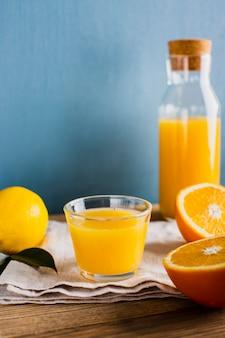 Vue de face orange fraîche et naturelle avec jus de citron