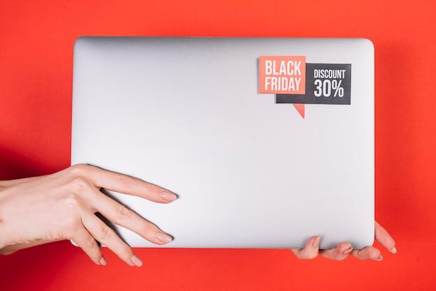 Vue de face ordinateur portable avec autocollant vendredi noir