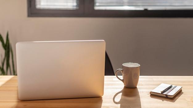 Vue de face ordinateur portable et café