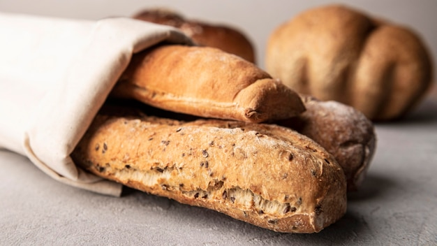 Vue de face de pain cuit maison enveloppé