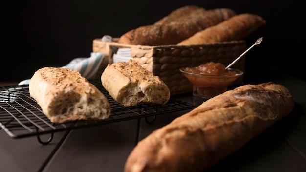 Vue de face de pain cuit maison