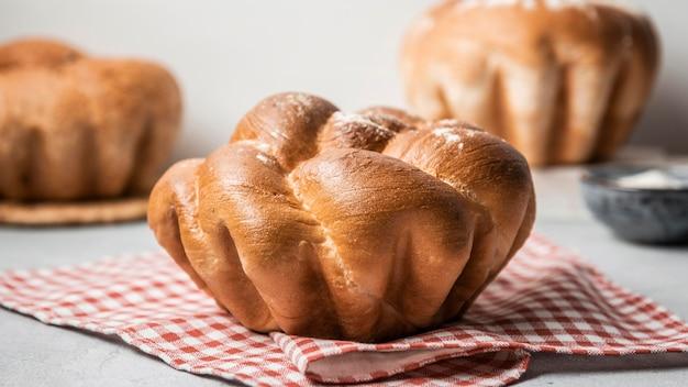 Vue de face de pain sucré fait maison