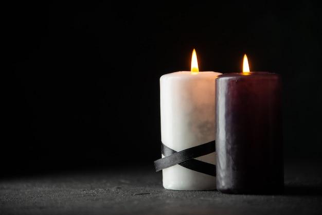 Vue de face d'une paire de bougies sur le noir