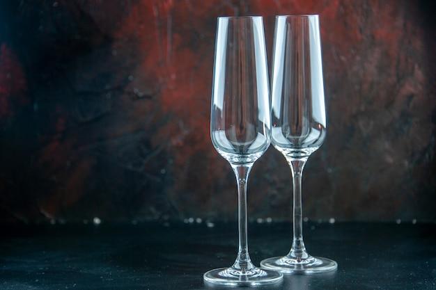 Vue de face une paire de flûtes à champagne