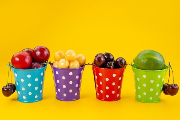 Une vue de face des paniers avec des fruits colorés frais et moelleux sur jaune, couleur fruits d'été moelleux