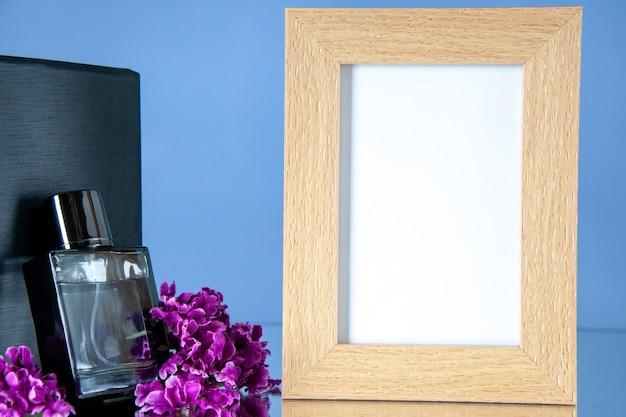 Vue de face parfum cher avec cadre photo sur fond clair parfum présent amour parfum saint valentin sentiment portrait fleur