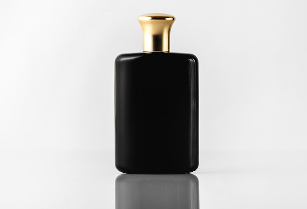 Une vue de face parfum noir conçu avec un capuchon en or sur le sol blanc