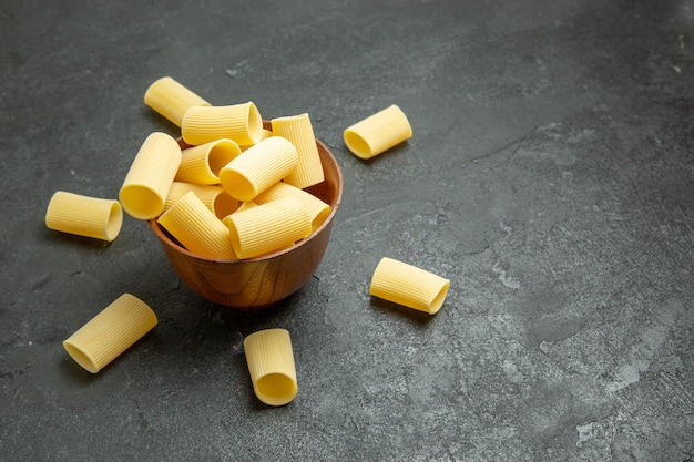 Vue de face des pâtes italiennes crues peu formées