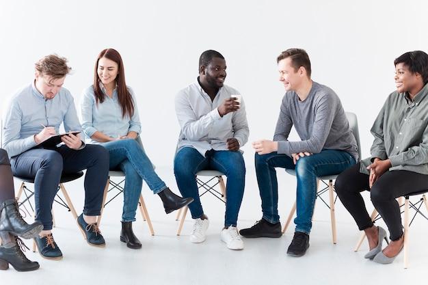 Vue de face des patients en réadaptation qui se parlent