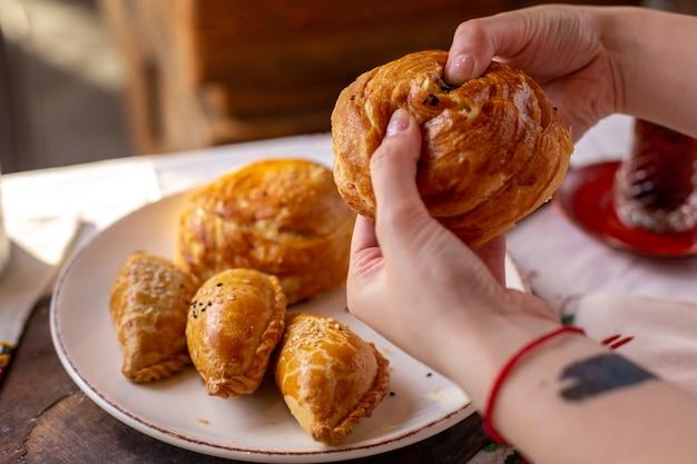 Une vue de face pâtisseries cuites au four qogals et autres boulangeries biscuits tea time savoureuse pâte pâtisserie cérémonie sur la table