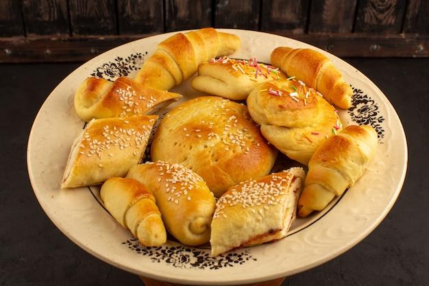 Vue de face pâtisseries délicieuse assiette douce à l'intérieur