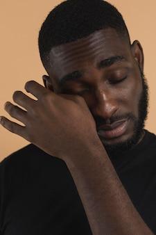 Vue de face personne essuyant ses larmes