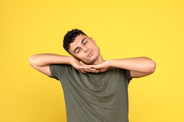 Vue de face une personne l'homme met sa tête sur ses mains et il dort