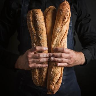 Vue de face personne tenant du pain