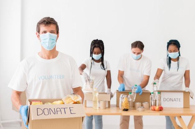 Vue de face des personnes demandant des dons