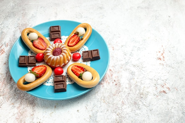 Vue de face petit gâteau avec des craquelins sucrés au chocolat et aux fraises sur fond blanc tarte aux biscuits sucrés gâteau aux biscuits aux fruits